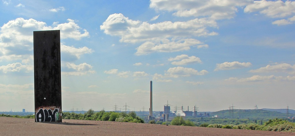 Schurenbachhalde mit Blick übers Rührgebiet. Rechts im Bild ist das Tetraeder zu erkennen.