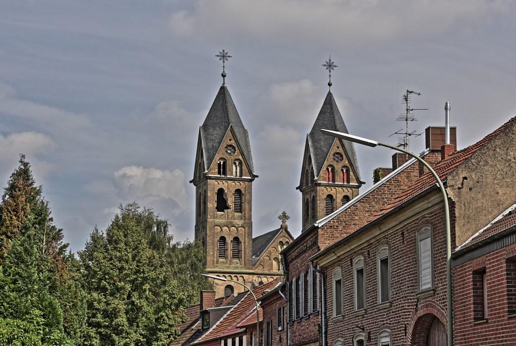 Beschädigter Kirchturm in einer verlassenen Stadt