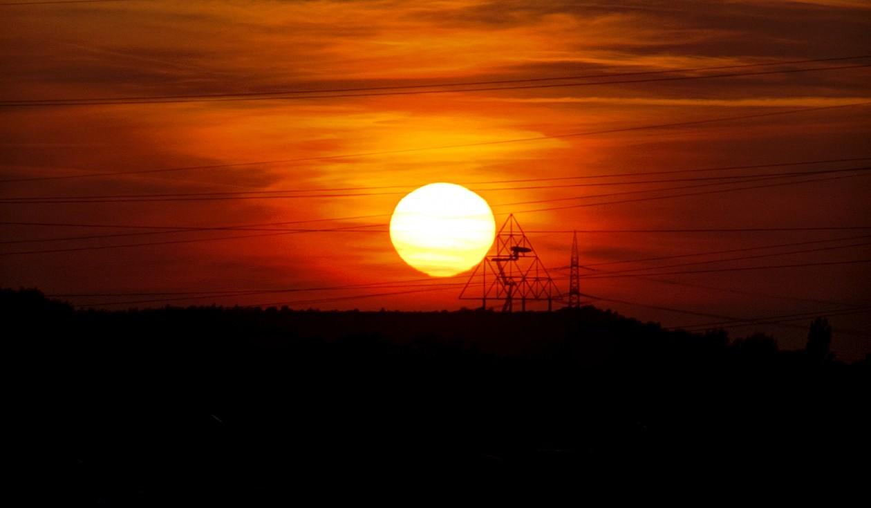 Sonnenuntergang mit Blick auf das Tetraeder in Bottrop