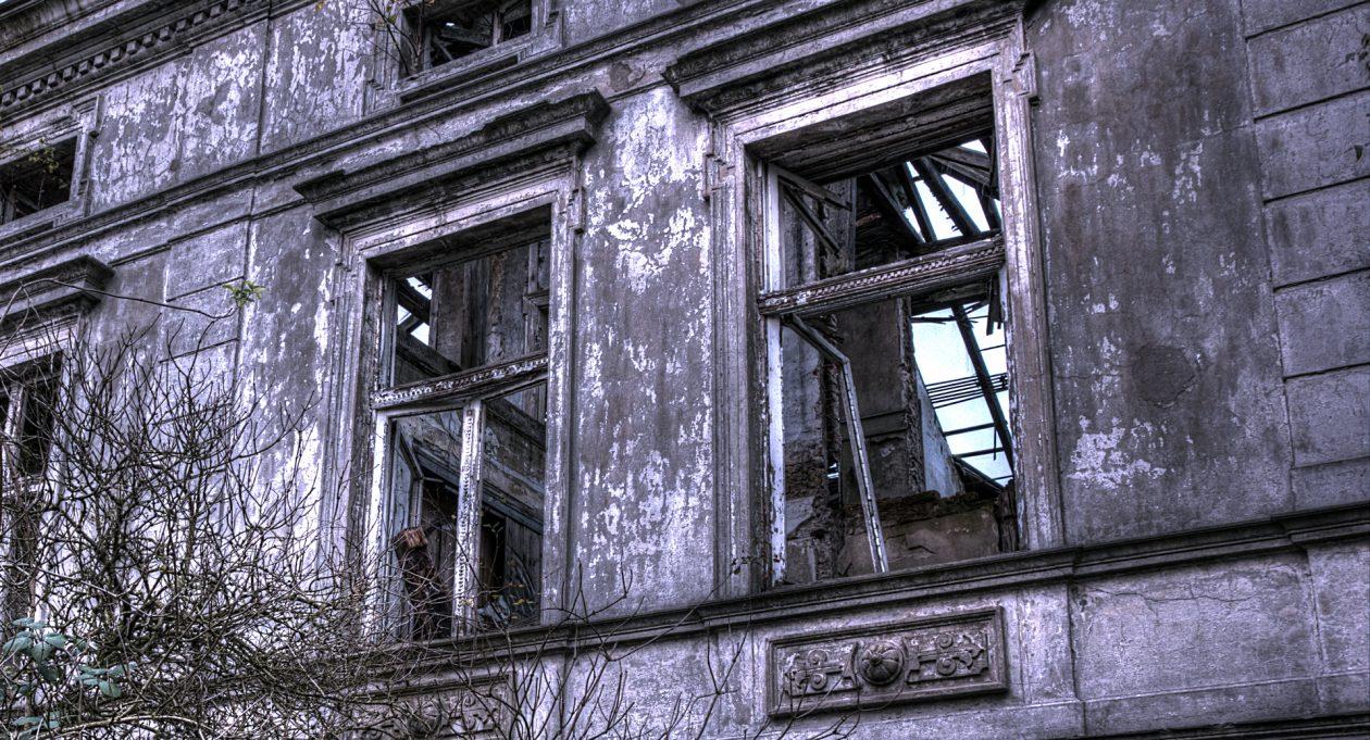 Fenster eines alten verlassenen Gebäudes