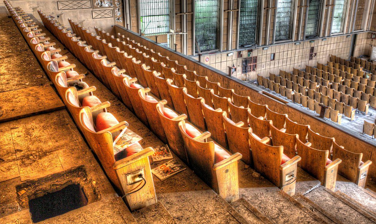 Stuhlreihen in einem verlassenen Theater in Belgien