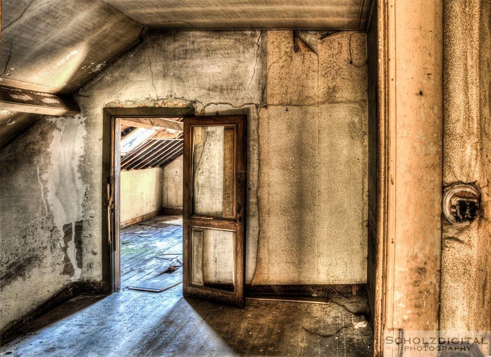 Lichtspiel auf dem Dachboden des verlassenen Chateaus
