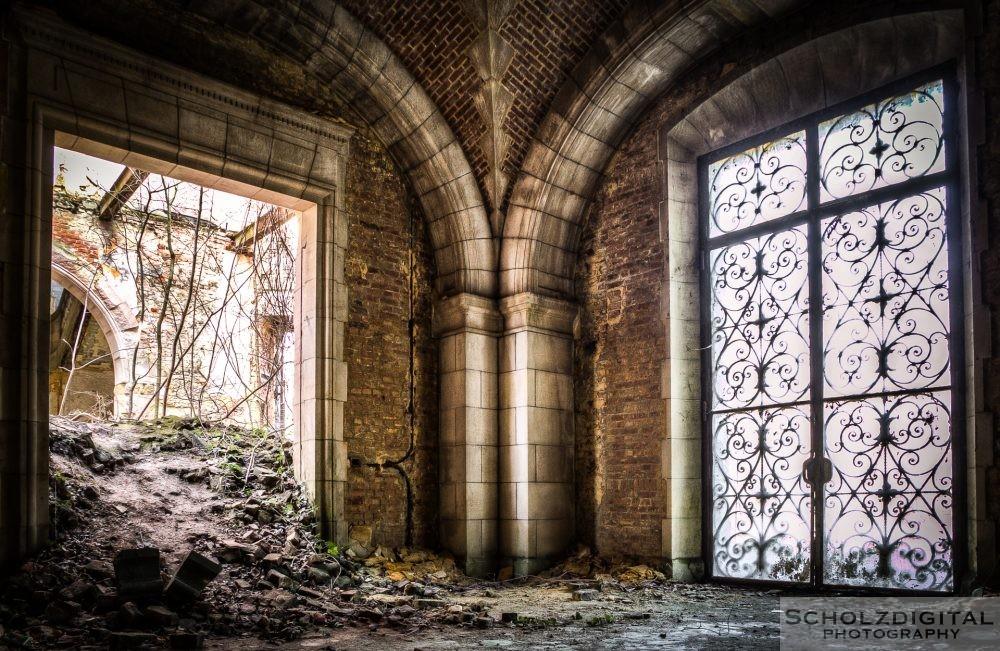 Eingangsbereich in einem verlassenen Chateau