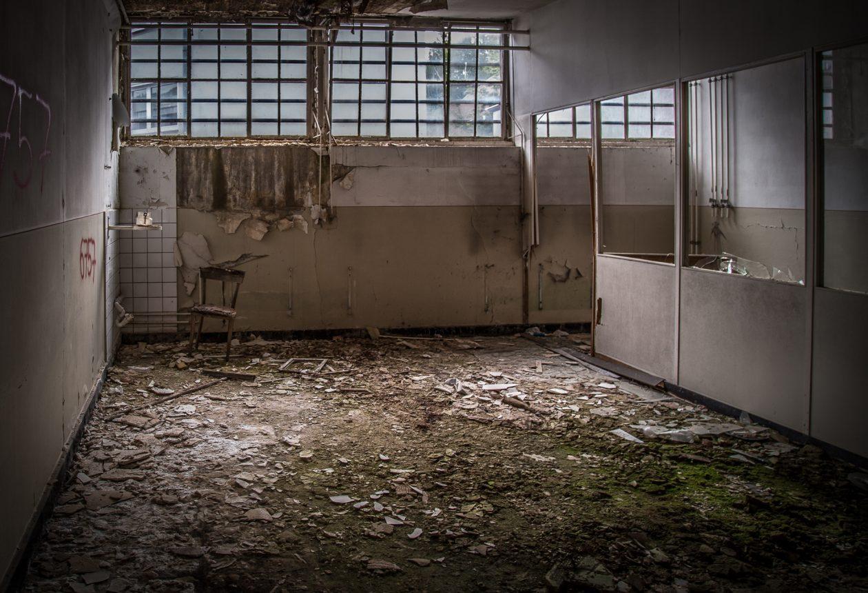 Verfall, wohin man sieht. Die alte Zwiebackfabrik steht seit Jahren leer und verfällt.