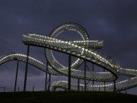 Nachtaufnahme der begehbaren Achterbahn