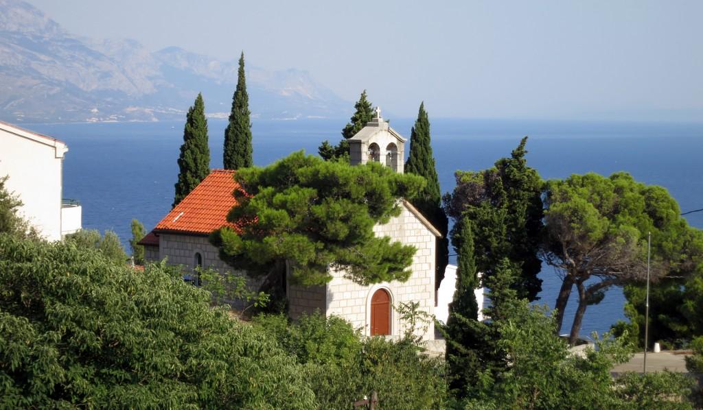 Die Kirche in Marusici liegt oberhalb der Küstenstrasse.