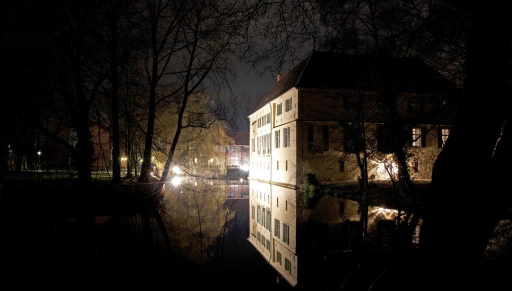 Nachtaufnahme der Wasserburg Lüttinghof in Gelsenkirchen