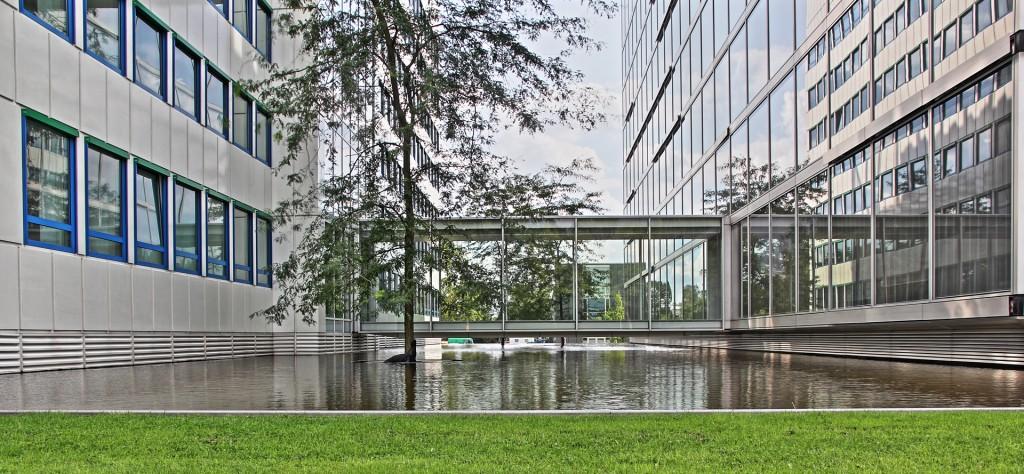 Durchgang zwischen den Verwaltungsgebäuden