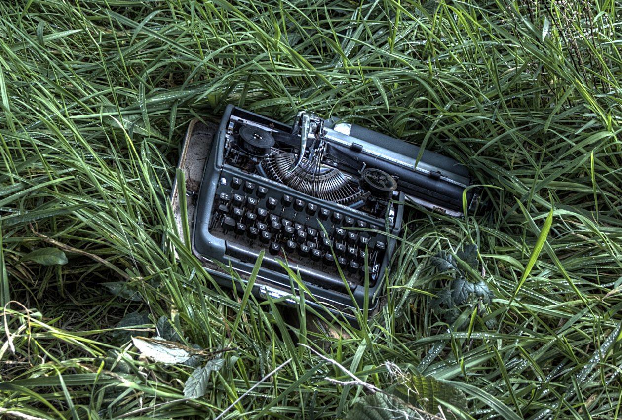 Schreibmaschine an einem verlassenen Ort