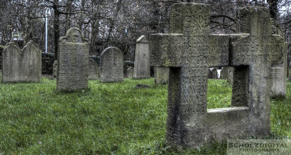 Auf dem möglicherweise ältesten Totenhof im Ruhrgebiet finden sich Grabsteine aus dem 9. Jahrhundert. In der Kirche werden ein merowingischer Grabstein und zwei karolingische Grabsteine aufbewahrt.