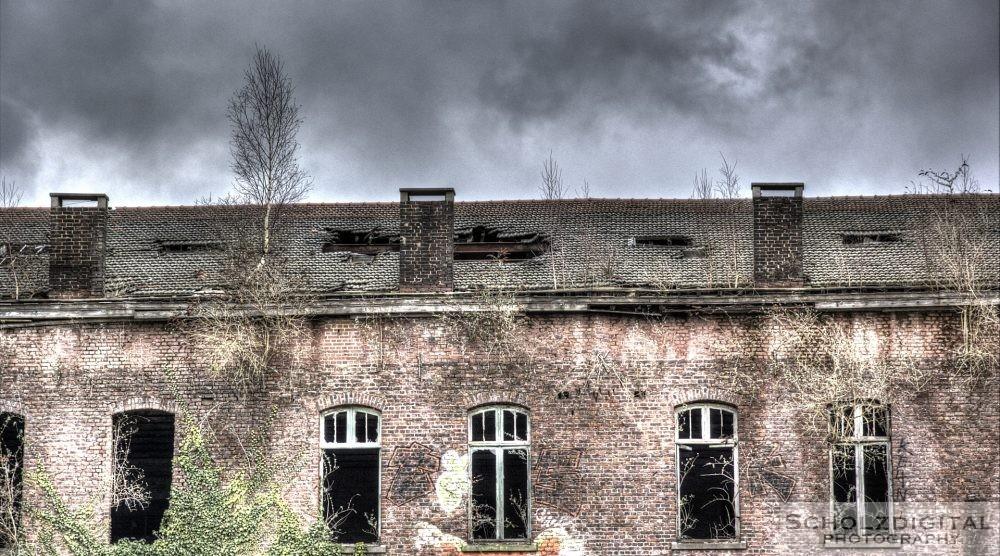 Eingestürztes Dach der aufgegebenen Kaserne
