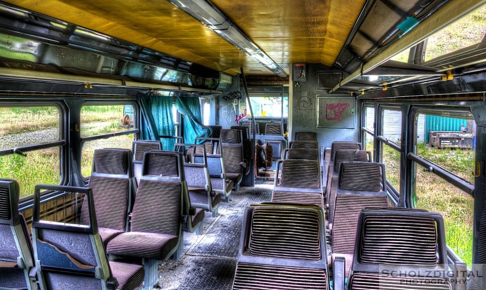 Sitzbänke innerhalb des verlassenen Zuges