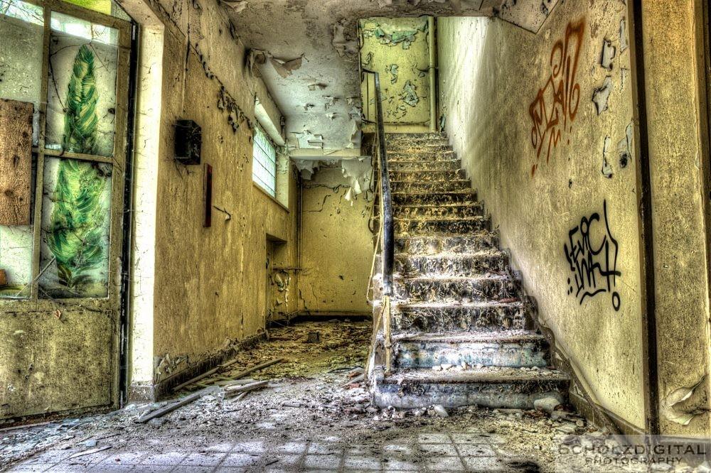Treppe in einer verlassenen Kaserne