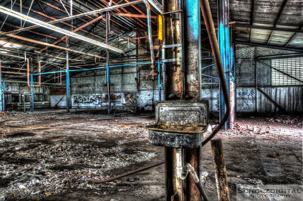 Waschbecken in der Werkshalle eines Industrieunternehmens