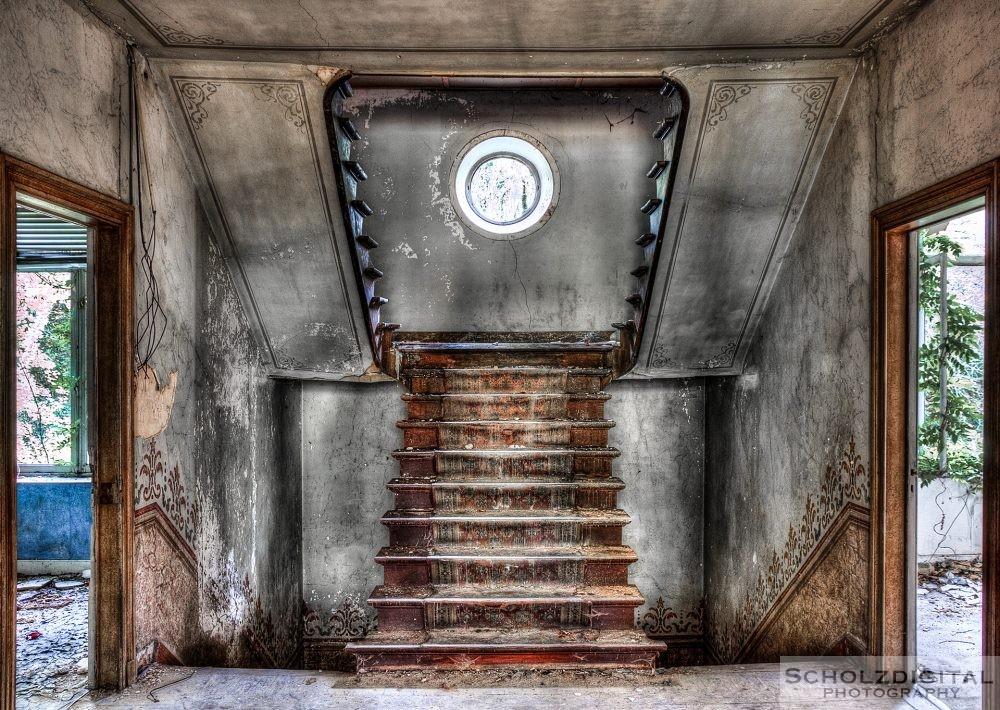 Treppenhaus in einem verlassenen Chateau