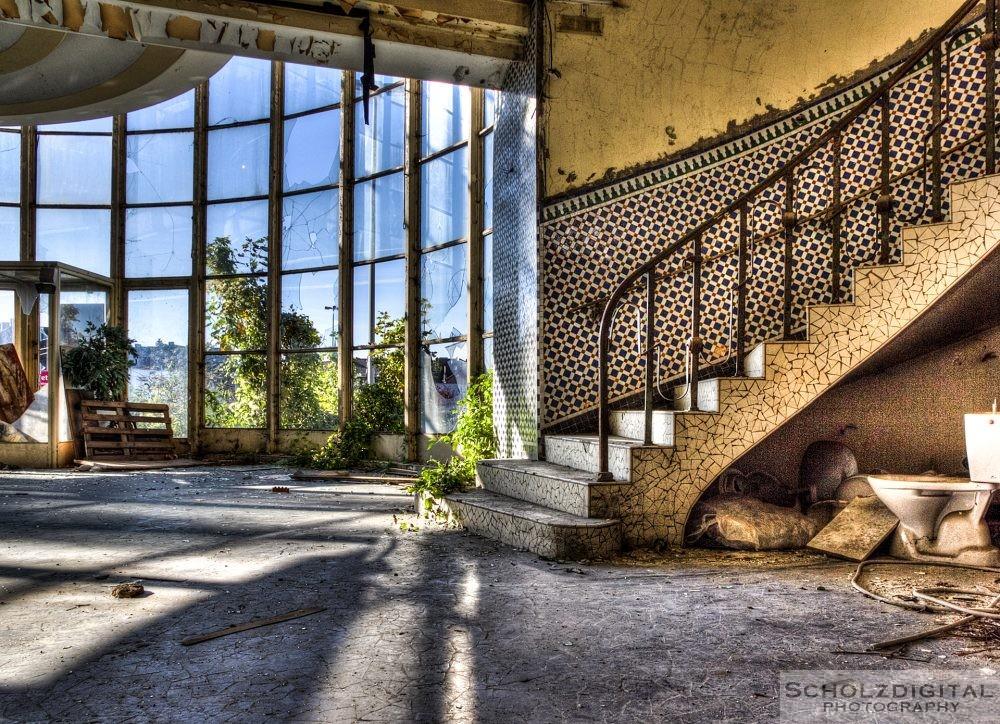 Lost Place - Eingangsbereich eines verlassenen Schwimmbads