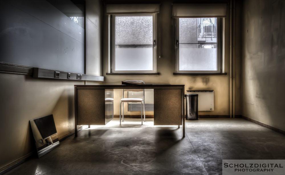Selbst im Bürotrakt sind die elementarsten Möbelstücke noch vorhanden