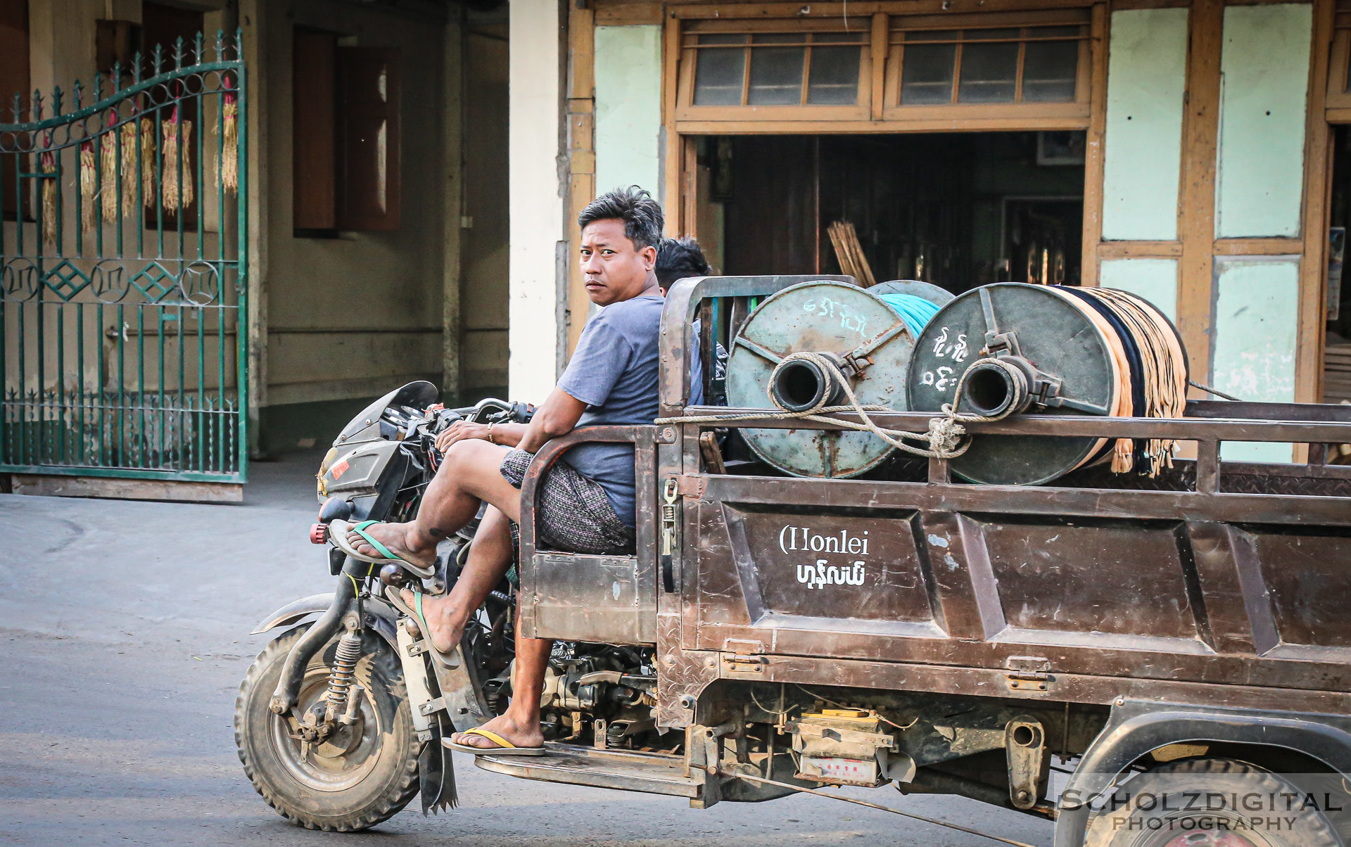 Exploring, Travelling, Myanmar, Mandalay, Birma, Burma, Traffic, Streetphotography, Travelling, Wanderlust, Southeastasia, asia, travel, globetrotter, travelphotography, Taxi