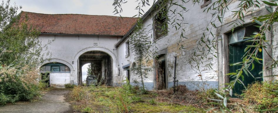 Abandoned, Decay, Lost Place, Urban exploration, Urbex, verlassen, Verlassene Orte, urbexlocatie, beelden, urban exploration, lost place, abandoned, forgotten, Farm Drapeaux, Maison, Bauernhof,