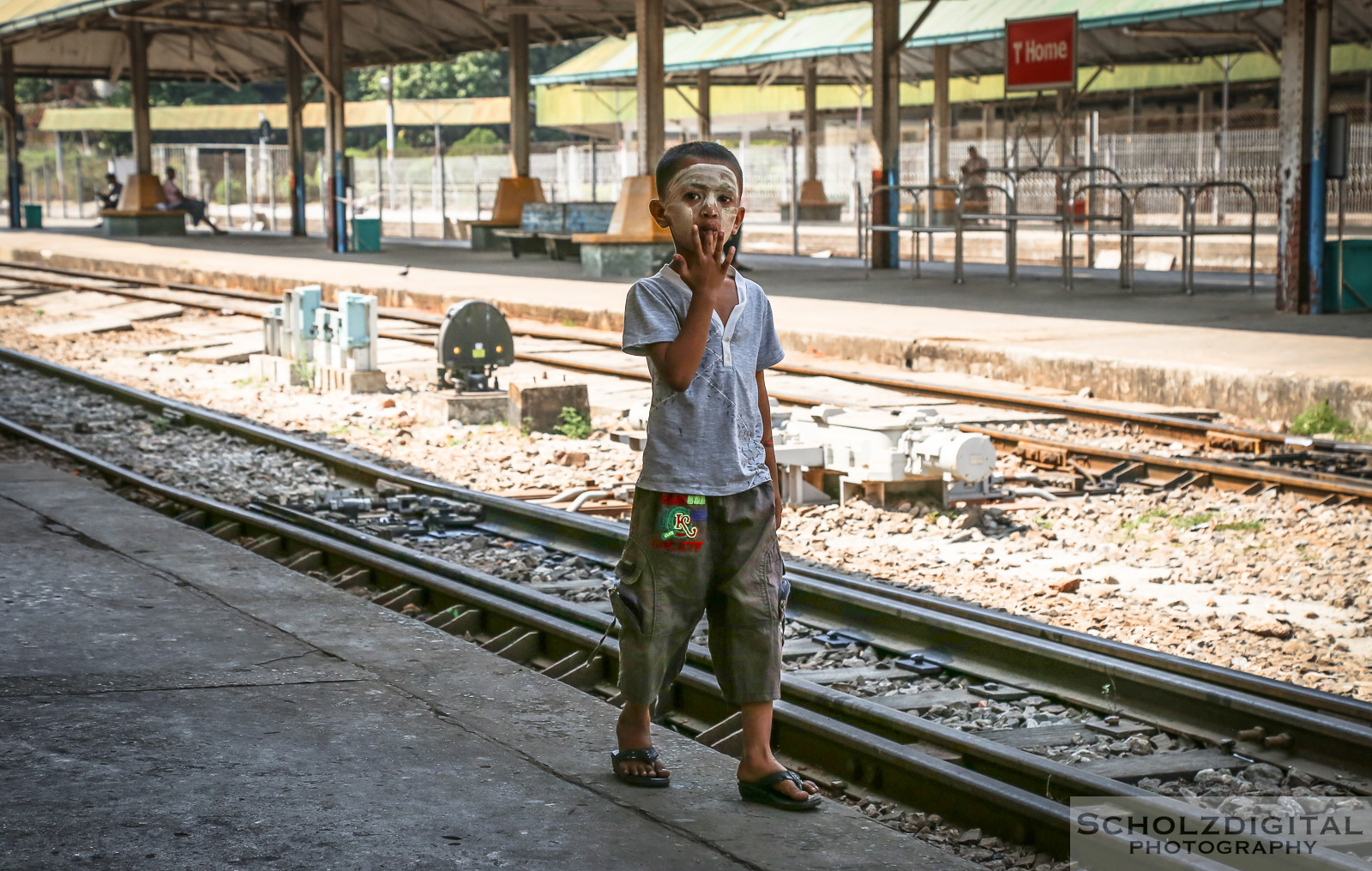 Exploring, Travelling, Myanmar, Birma, Burma, Streetphotography, Travelling, Wanderlust, Southeastasia, asia, travel, globetrotter, travelphotography, Yangon, Rangun, Junge auf Bahnsteig
