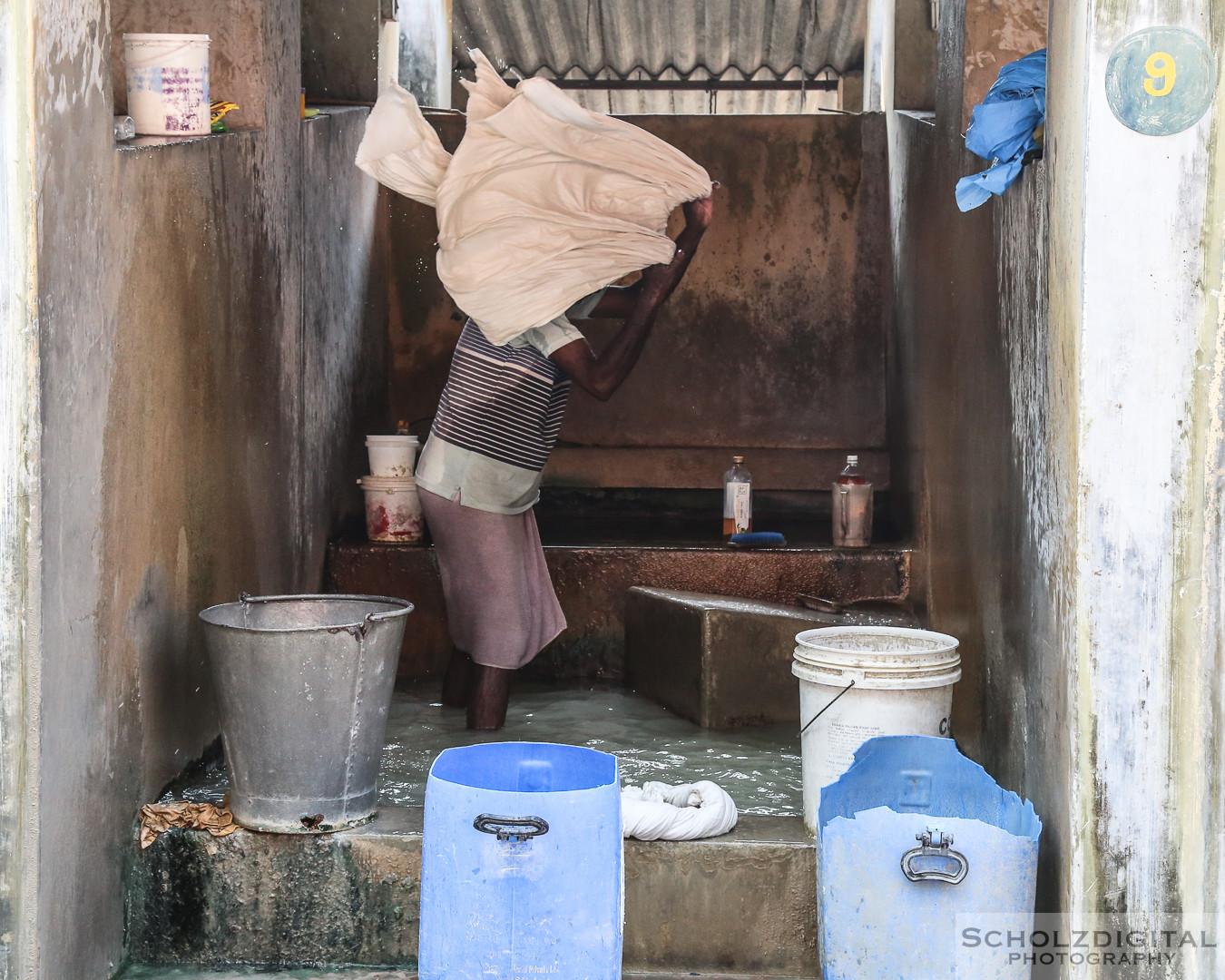Mann wäscht Wäsche in einer Kabine